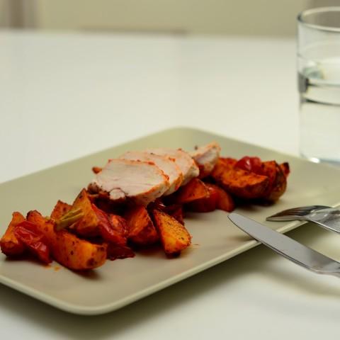 Hähnchen mit Kartoffeln in rotem Pesto